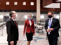 Im Ballsaal des Westin Grand München: Staatsminister Hubert Aiwanger, Munich Hotel Alliance-Sprecherin Birgit Häffner und General Manager Paul Peters (v.l.n.r.)