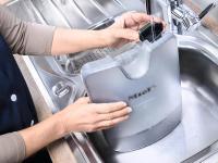 Gefüllt wird der Tank, der sich leicht entnehmen lässt, mit Leitungswasser. Dank einer speziellen Beschichtung des Boilers kann ? abhängig von der Wasserhärte ? rund einen Monat lang ohne Entkalkung gebügelt werden
