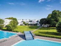 Friendly Cityhotel Oktopus in Siegburg: Parkansicht mit Freibad / Foto: Peter Eichler