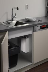 Der elektronische AEG Durchlauferhitzer DDLE Kompakt FB 11/13 bereitet Warmwasser bis 60°C. Er beansprucht wenig Platz und unterstützt durch seine dezentrale Versorgung die Trinkwasserhygiene. / Bildquelle: Alle Bilder AEG Haustechnik