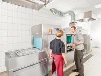 Hygienecheck an der Mehrtankbandtransportspülmaschine / Bildquelle: Beide  Winterhalter Deutschland GmbH