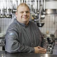 Bernhard Haindl, einer der beiden Geschäftsführer des Klosterbräustüberls und dort zuständig für die gute Küche. / Bildquelle: DBL - Deutsche Berufskleider-Leasing GmbH