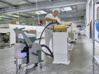 Gegen die Virenkonzentration im Produktionsumfeld, hier in einer Confiserie: Die Dampfsaugsysteme von beam reinigen auch die Raumluft. Aufgesaugte Luft wird mit UVC-Blaulicht bestrahlt. / Bildquelle: Ingo Jensen/beam GmbH