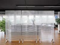 Ganze Bereiche oder einzelne Zonen eines Büros lassen sich mit dem Trennwandsystem Rossoacoustic CP30 von Nimbus gliedern und abschirmen. Sie bieten eine perfekte Kombination von Schallschutz und Sicherheit. / Bildquelle: Alle Bilder Häfele