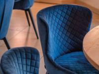 Optisches Extra ist die Karo-Steppung auf der Innenseite des Stuhls.