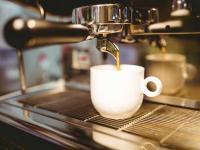 Siebträgermaschine für Kaffee bei der Arbeit