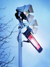 AEG IR-Heizstrahler lassen sich auf vielfältige Weise installieren: an der Wand, in Schirmen, auf Ständern oder an Seilsystemen. / Bildquelle: Alle AEG Haustechnik