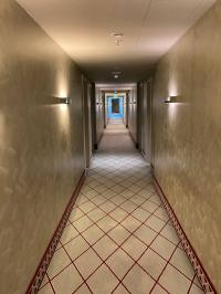 Flur des Hyperion Hotels in Dresden: Schön, aber leer? Der Eindruck täuscht. Dresden war im September 2020 gut gebucht