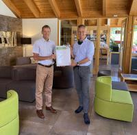 Hotelchef Klaus-Günther Wiesler und Peter Bachmann, Geschäftsführer des Sentinel Haus Instituts, (v.l.n.r.) freuen sich über die Urkunde zur guten Innenraumluftqualität des Seehotels