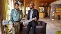 Hotelchef Klaus-Günther Wiesler und Helmut Köttner. Technischer Leiter des Sentinel Haus Instituts, besprechen die guten Ergebnisse der Raumluftmessungen im Seehotel Wiesler