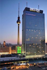 Ein Hotel feiert Geburtstag: Das Park Inn by Radisson Berlin Alexanderplatz blickt auf 50 Jahre Hotelgeschichte zurück. / Bildquelle: Park Inn by Radisson Berlin Alexanderplatz