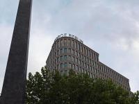 Mensch Kinnings, wie die Zeit vergeht: 2013 war noch das Hôtel Concorde Berlin im Hause vom Berliner Ku'damm, Ecke Augsburger Straße.; Bildquelle Hotelier.de Sascha Brenning