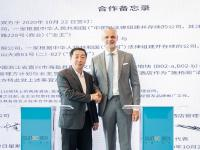 Yang Wenhu, General Manager der Hangzhou Bay Sunac Cultural City, und Marc Cherrier, COO Steigenberger Hotels & Resorts bei Huazhu, bei der Vertragsunterzeichnung / Bildquelle: Sunac