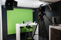 In der Kaldewei Iconic World wurde ein voll funktionsfähiges Filmstudio mit hochauflösender Kamera, Moderationstischen, Greenscreen sowie entsprechender Soft- und Hardware eingerichtet.