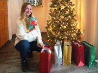 Anita Wandinger packt Weihnachtsgeschenke / Bildquelle: AWA Hotel GmbH