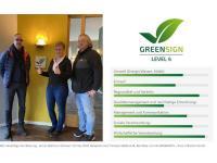 GreenSign Zertifizierung - Armin Wolf von InfraCert mit Frau Wolf, Rezeption und Thomas Hildebrandt, Betreiber von Hildebrandts / Bildquelle: InfraCert GmbH