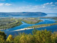 Schöner Blick über die Wolga von einem Hügel bei Samara
