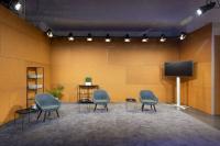 Eines von drei bestehenden Studio-Settings für digitale und hybride Meetings im Vienna House Andel?s Berlin mit den Partnern Ambion und Better Now Studios / Bildquelle: © Tim Hoppe