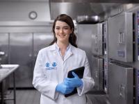 Ecolab Hygieneexpert*innen schulen via Online-Trainingsportal auf der Ecolab Webseite / Bildquelle: Beide Ecolab