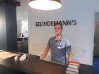Situation am Tresen im Lindemanns Hotel Berlin. Mit freundlicher Genehmigung von Hannes als Font Office Kraft. Bildquelle Hotelier.de