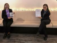 AWA Chefin Anita Wandinger (links) und Mitarbeiterin präsentieren die Zertifizierungsurkunde und die Plakette. / Bildquelle: AWA Hotel