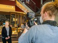Tina Grüning vom Café Grüning, und der Filmemacher Tobias Sundermann / Bildquelle: SMTG/Darlyn Mattern