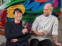 Sven Vogel (r.), neuer Küchenchef, und Jana Schellenberg, Sommelière und Restaurantleiterin, im Caroussel Nouvelle / Bildquelle: Sebastian Thiel