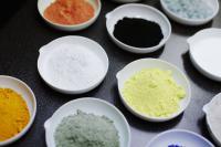 Natürliche Rohstoffe werden bei Kaldewei zu kostbarer Emaille verarbeitet. / Bildquelle: Kaldewei / Evelyn Dragan