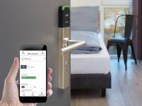 Dank der Integration von SALTO und CODE2ORDER können Hotelgäste Türen mit einem Swipe in der PWA (Progressive Web App) öffnen, ohne eine App auf ihr Smartphone herunterladen zu müssen. / Bildquelle: Beide SALTO Systems/CODE2ORDER