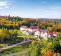 Das Naturresort Schindelbruch verfügt über 96 Zimmer, Suiten und Appartements, drei Restaurants und einen Tagungsbereich für bis zu 120 Personen. Mit seinem 2.500 m² großen Wellnessbereich mit Schwimmbädern, Saunadorf und Fitnesscenter zählt es laut RELAX Guide zu den 20 Top-Wellnessresorts in Deutschland. Das mehrfach ISO-zertifizierte Naturresort Schindelbruch ist das erste klimaneutrale und mittlerweile klimapositive Hotel Mitteldeutschlands. Es beschäftigt derzeit über 100 Mitarbeiter, darunter 11 Auszubildend