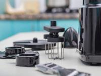 Zubehör einer Universal Küchenmaschine wie Rühraufsatz, Presse, Schnitzelwerk und Adapter