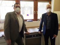 Die erste Smeg Spende ist in Verwendung: Der Leiter des Kinderheims Aschaffenburg, Bruno Hein (rechts im Bild) nimmt die Smeg Foodservice Frischwasser-Gewerbespülmaschine von Andreas Schulze-Herringen, Smeg Foodservice Verkaufsberater, entgegen. In Betrieb gesetzt hat das Gerät die Gastro-Tec-Service GmbH aus Mömbris / Bildquelle: Beide Smeg Foodservice