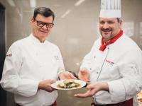 Erfolgreiches Team: Sternekoch Harald Wohlfahrt (links) und Franky Gissinger, Küchenchef des erneut ausgezeichneten fischer Betriebsrestaurants am Hauptsitz in Tumlingen. / Bildquelle: Unternehmensgruppe fischer