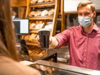 Junge setzt ein Zeichen für mehr Nachhaltigkeit: In allen Geschäften im ganzen Norden gibt es jetzt Pfandbecher für Kaffee & Co. / Bildquelle: Junge Die Bäckerei.