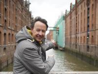 Frederik Braun vor der neuen Brücke zum Speicher mit der zukünftigen VR-Erlebniswelt. / Bildquelle: Miniatur Wunderland Hamburg