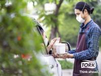 Verstärkt von der Pandemie verlagert sich das Verbraucherverhalten in der Gastronomie zunehmend zugunsten des Außer-Haus-Geschäfts. Auch Full Service Restaurants sollten sich mit ihrem Service- und Hygienekonzept darauf einstellen.