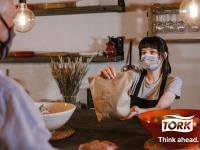 Tork, die führende Marke für professionelle Hygiene, hat fünf Tipps für die Gastronomie zusammengetragen, mit denen das Außer-Haus-Geschäft gestärkt werden kann. Begleitend unterstützt Tork die Branche mit einer neuen Informationsseite: www.tork.de/lieferung-und-take-away. / Bildquelle: Beide Tork