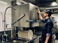 EnergyPlus reduziert die Energiekosten um bis zu 15%. Außerdem entweicht beim Öffnen der Maschine deutlich weniger Wasserdampf. / Bildquelle: Alle Bilder Winterhalter Gastronom GmbH