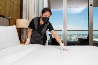 Eine Mitarbeiterin des Waldorf Astoria Berlin bereitet die Zimmer für die Rückkehr der Urlaubsgäste am 11. Juni vor.