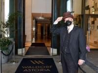 Ein Portier des Waldorf Astoria Berlin begrüßt Reisende zum Urlaub in der Hauptstadt / Bildquelle: Alle Bilder © Hilton, Picture Alliance, Gerald Matzka