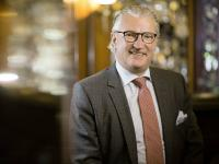 Bernhard Zepf präsentiert den neuen Markenkern seines Fünf-Sterne-Hotels im aktuellen Interview. / Bildquelle: Hotel Erbprinz
