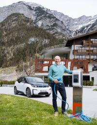 Hoteleigentümer Alexander Strobl vor einer der neuen Ladestationen für E-Autos / © Salzburg AG Marco Riebler