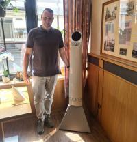 Sascha Saxler mit dem Luftreiniger von pure im Hotel Restaurant Maas. / Bildquelle: © Hotel Restaurant Maas, Lutzerath