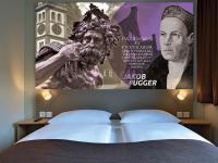 Wandpaneel mit Fugger-Bild im Zimmer des B&B Hotel Augsburg-West; Bildquelle B&B Hotels
