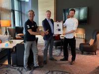 Übergabe Certified Green Hotel: von links nach rechts: René Bischel, Atrium Hotel, Till Runte, Geschäftsführer Certified, und Küchenchef Carl Grünewald. / Bildquelle: Atrium Hotel