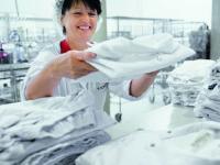 Hygienische Aufbereitung und ein routiniertes Zusammenspiel vonfachgerechtem Einsammeln der getragenen Kleidung, Abholung und Anlieferung - so wird Hygiene im DBL Mietservice sichergestellt.