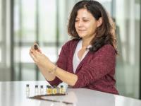 Um der Vielfalt an möglichen Aromen eines Kaffees auf die Spur zu kommen, stimmuliert Monika Oeggerli im Sensorik-Workshop des Schaerer Coffee Competence Centres den Geschmackssinn der Teilnehmenden mit verschiedenen Aromastoffen. Schaerer-Coffee-Competence-Centre