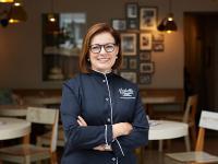 Gründerin Isabella Krätz vor ihrem ersten Café in Düsseldorf Oberkassel. / Bildquelle: Beide Isabella Glutenfreie Pâtisserie