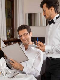 Der Kellner ist für das Wohlbefinden des Gastes da, nicht für die Umfragen. Hier muss der Manager tätig werden
