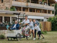Der neue Hoteldirektor Christian Schauberger (links) mit der Inhaberfamilie Ortner-Zwicklbauer / Bildquelle: © Ortner's Resort